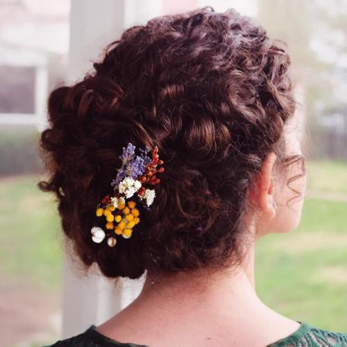 къдрав Hair Updo With Flowers