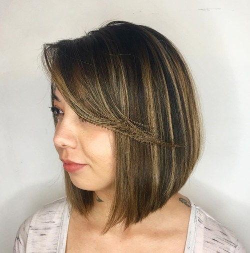 freche brunette frau